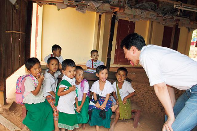 画像2: ミャンマーの子供たちに口の体操「あいうべ」を教える今井先生。