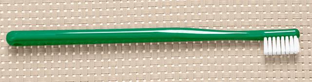 画像: まっすぐな柄のシンプルな形の歯ブラシがお勧め。