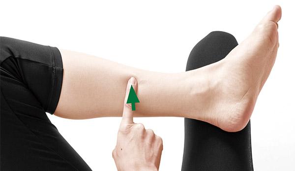 画像: 人さし指の先を当て、強く押す。痛みが和らいでくるまで押し続ける(30秒~1分ほど)。両方のツボを同時に刺激してもよい。