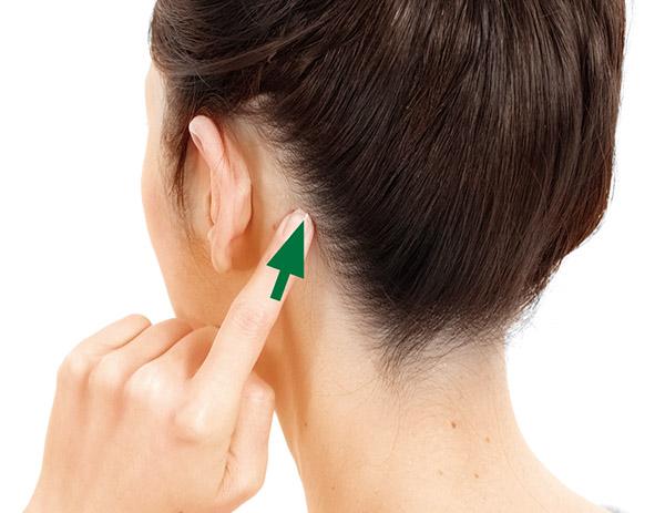 画像: 人さし指の先を当て、強く押す。痛みが和らいでくるまで押し続ける(30秒~1分ほど)。