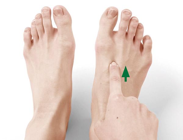 画像: 人さし指の先を当て、差し込むようにして押す。痛みが和らいでくるまで押し続ける(30秒~1分ほど)。