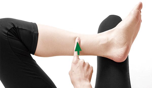 画像: 痛みや不調のある側のツボを押す