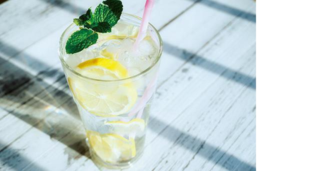 画像: 「骨折したときは毎日欠かさず、コラーゲンペプチドをとっていました。レモン水やみそ汁に入れます」と佐藤先生。