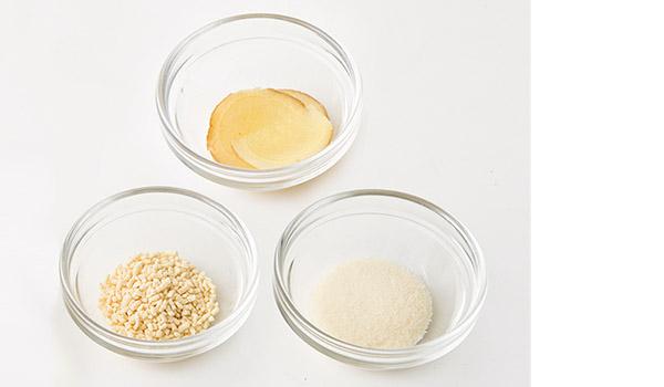 画像: 基本のゼラチンスープの場合、必ず使用するのがゼラチン、鶏ガラスープの素、あればショウガの薄切りの3品。具は、旬の野菜や魚を使うとよい。