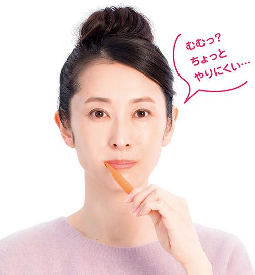 画像: ❷ 反対の手に歯ブラシを持ち替え、再び全ての歯を磨く。