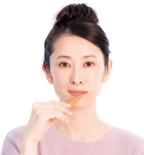 画像: ❶ 利き手で歯ブラシを持って、全ての歯を磨く。