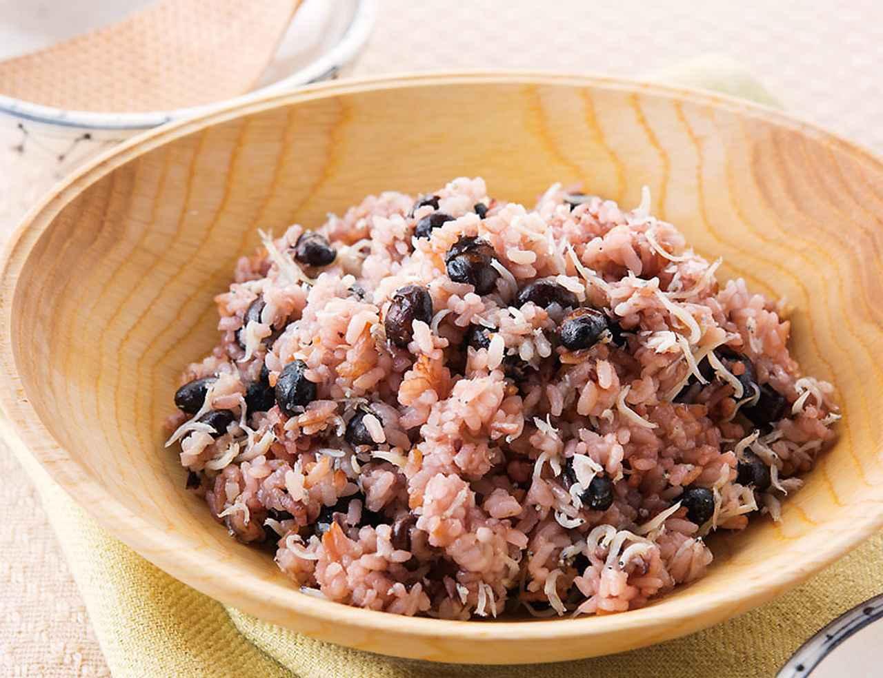 画像: エネルギー:381kcal 塩分:1.1g(各1人分) 水分代謝をよくする黒豆がぎっしり!