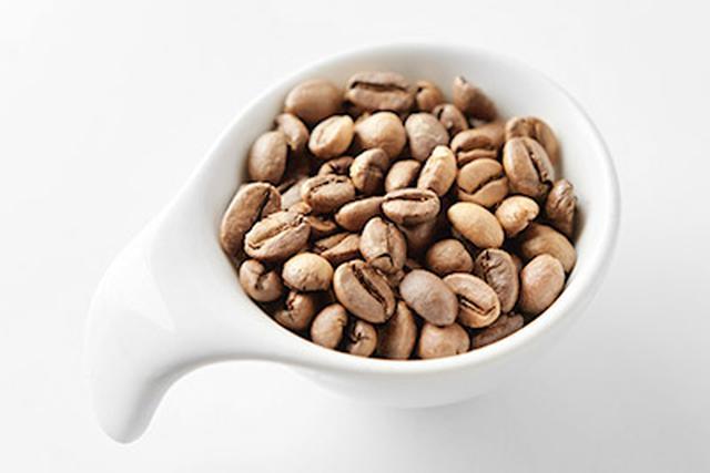 画像: ▲浅煎りのコーヒー。ライトロースト、またはシナモンローストといわれる焙煎段階のものが、クロロゲン酸を多く含む。
