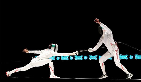 画像: 手が伸びることはフェンシングにもプラス(左が宇山さん)[提供:公益社団法人日本フェンシング協会]