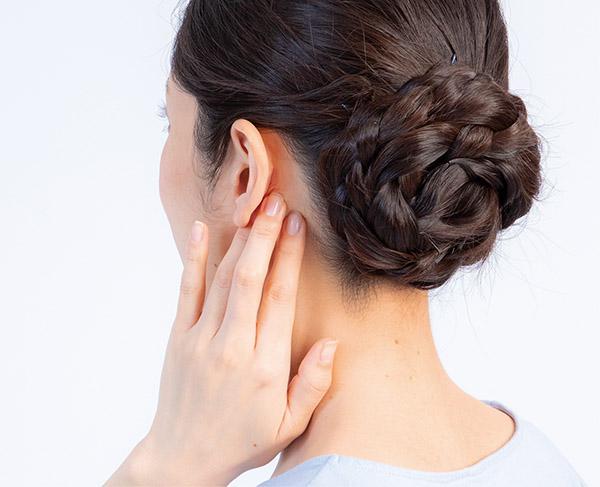 画像: 人さし指、中指、薬指で耳の下をやや強く押してみる。どちらか一方でも痛みを感じるときは、慢性上咽頭炎の疑いがある。