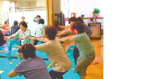 画像: 医院に集まってスクワットをする患者さんたち。