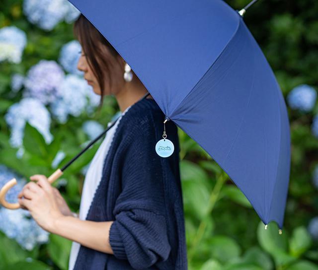 画像: 傘の骨先にストラップのようにぶら下げる。
