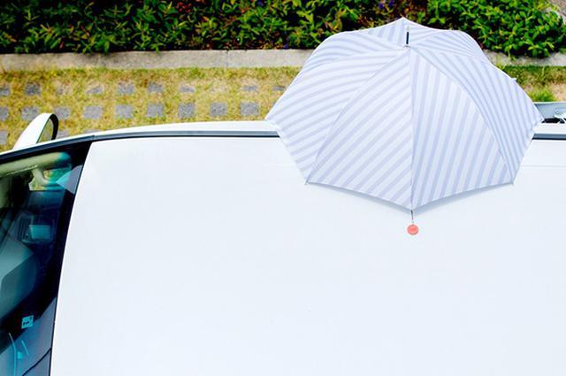 画像: 車の屋根にピタッとつき、傘を屋根のように固定する。