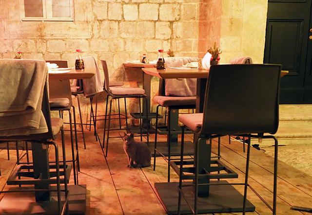 画像: テラス席の各テーブルにはおなじみの三角醤油瓶。それだけでも合格です。