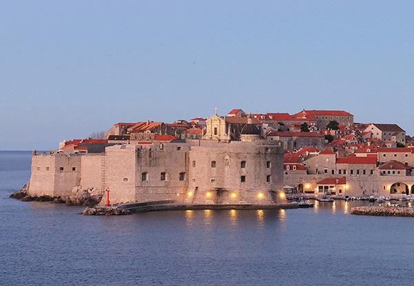 画像: 城壁に囲まれた美しい旧市街。