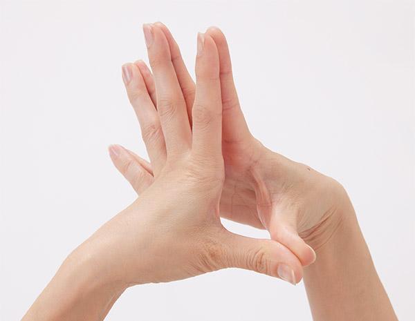 画像: 関節伸ばしのやり方