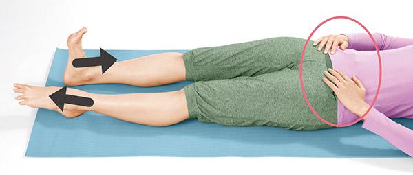 画像: 骨盤の上に置いた手は動かさない。骨盤が足首と連動して動くのを感じ取る。