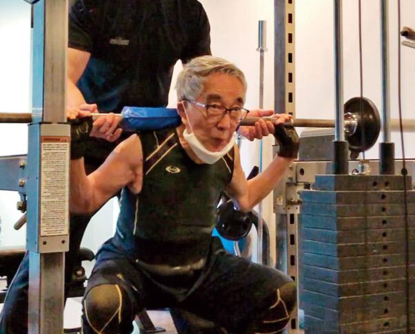 画像: バーベルを持ってスクワットをする大村さん