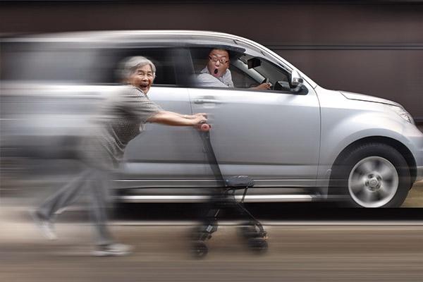 画像: 車と同じスピードでシルバーカーを走らせる!?西本さん。初めは難しかった、パソコンを使った写真の合成加工も、今ではお手のもの!