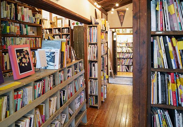 画像: 和テイストな室内に所狭しと書棚が並ぶ。