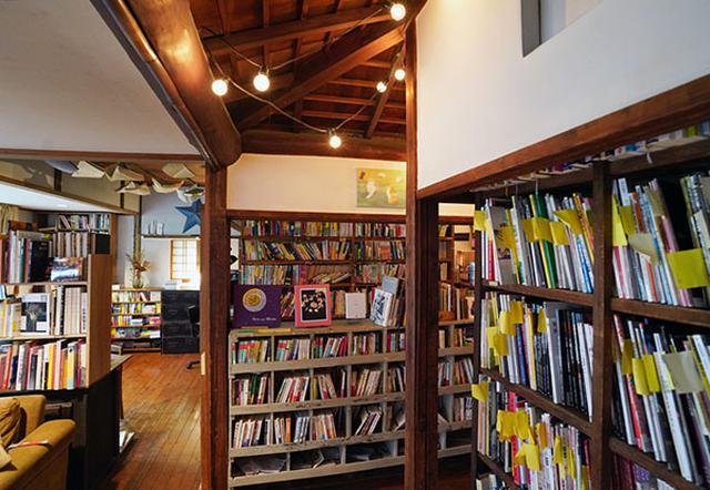 画像: とてもおしゃれな空間ですが、大量の本で溢れています。