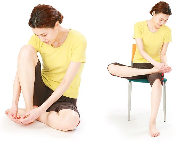 画像: ほぐす足のひざを立て、体に引き寄せて行う。イスに座ってもOK!ほぐす足を、もう一方の太ももにのせて行う。