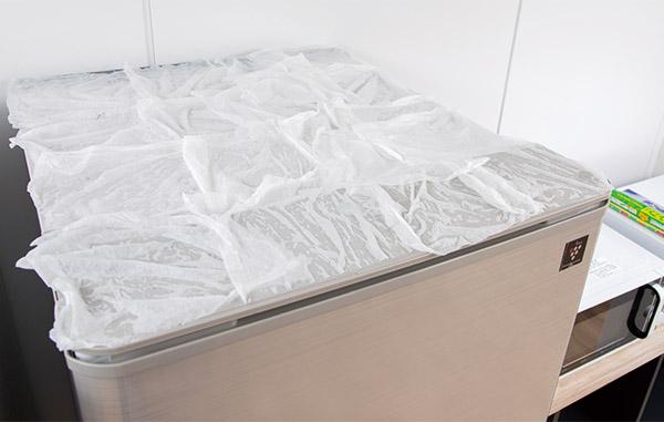 画像: 冷蔵庫の上などは油汚れを浮かせてから。