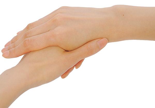 画像: 右手を左手の親指で刺激している様子