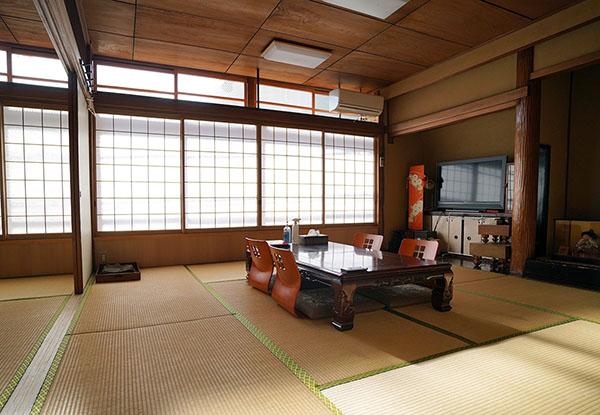 画像: 大人数でも泊まれそうな広い和室。
