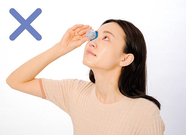 画像: 基本的に目は洗わない。カップ型容器は異物が目に入る恐れあり