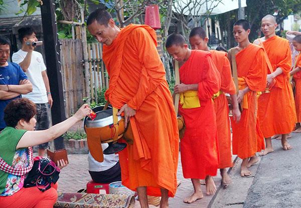 画像: 早朝5時からの托鉢。観光客でも托鉢できます。