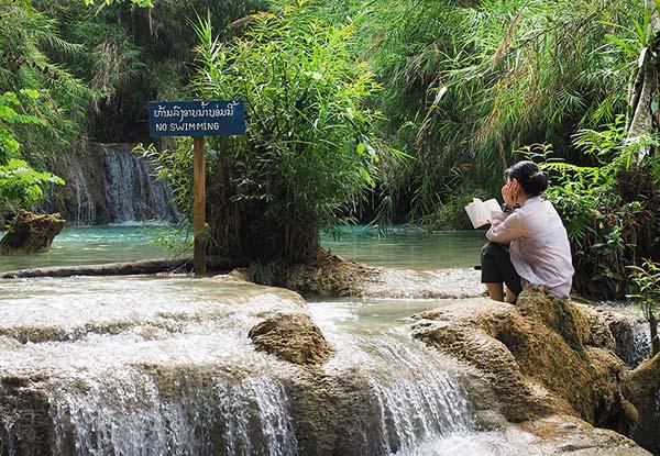 画像: 近くの観光地クアンシー滝で読書する観光客。