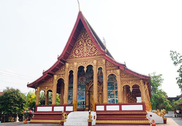 画像: 装飾や宗教画が見事な本堂。