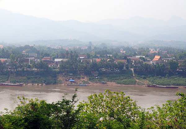画像: 対岸から見たルアンパバーンの町。