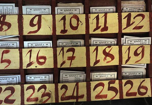 画像: おみくじのシステムは日本と同じ。引いた番号の紙が結果。