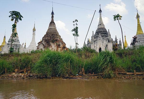 画像: 村に着く前の川沿いにも遺跡がある。