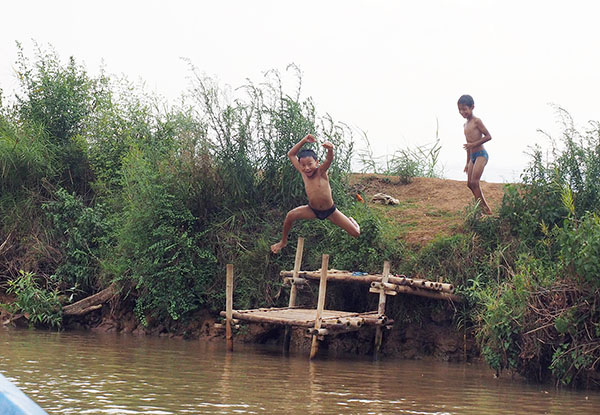 画像: 川に飛び込むこどもたち。