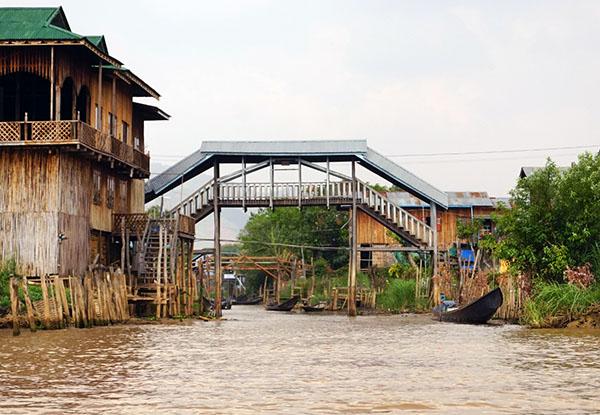 画像: 湖から水路の入口が見える。