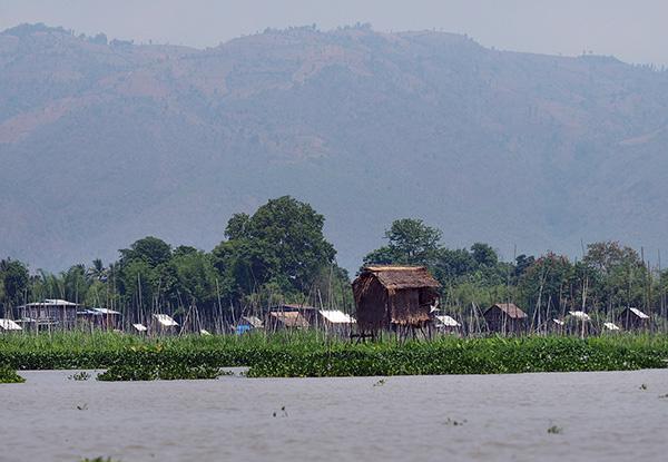 画像: 水上に建てられた家々。