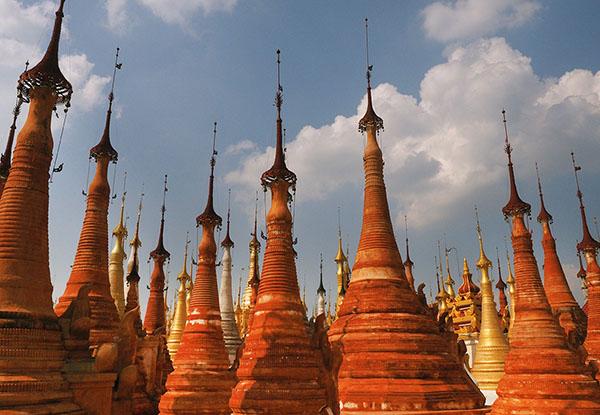 画像: 寺院近くの見事な仏塔は修復が進んでいる。