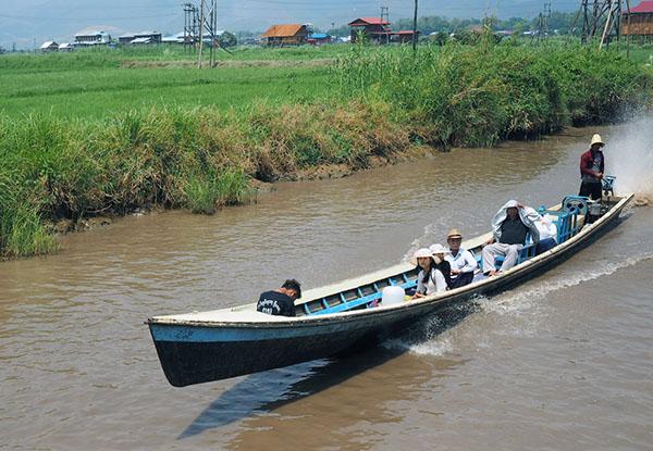 画像: 湖畔や川沿いの農村地帯。