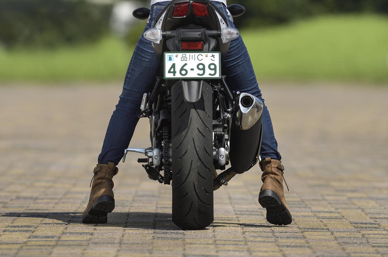画像: 【足着き性CHECK】 本当に車体がスリムなので女性でも両足が地面に届きます。しかもガソリン満タン時でも重量は197kgと軽いのでどんなときでも安心です。重い大排気量車に普段乗っている男性などは、400ccかと思うくらいにコンパクトでした。(ライダー身長:161cm)