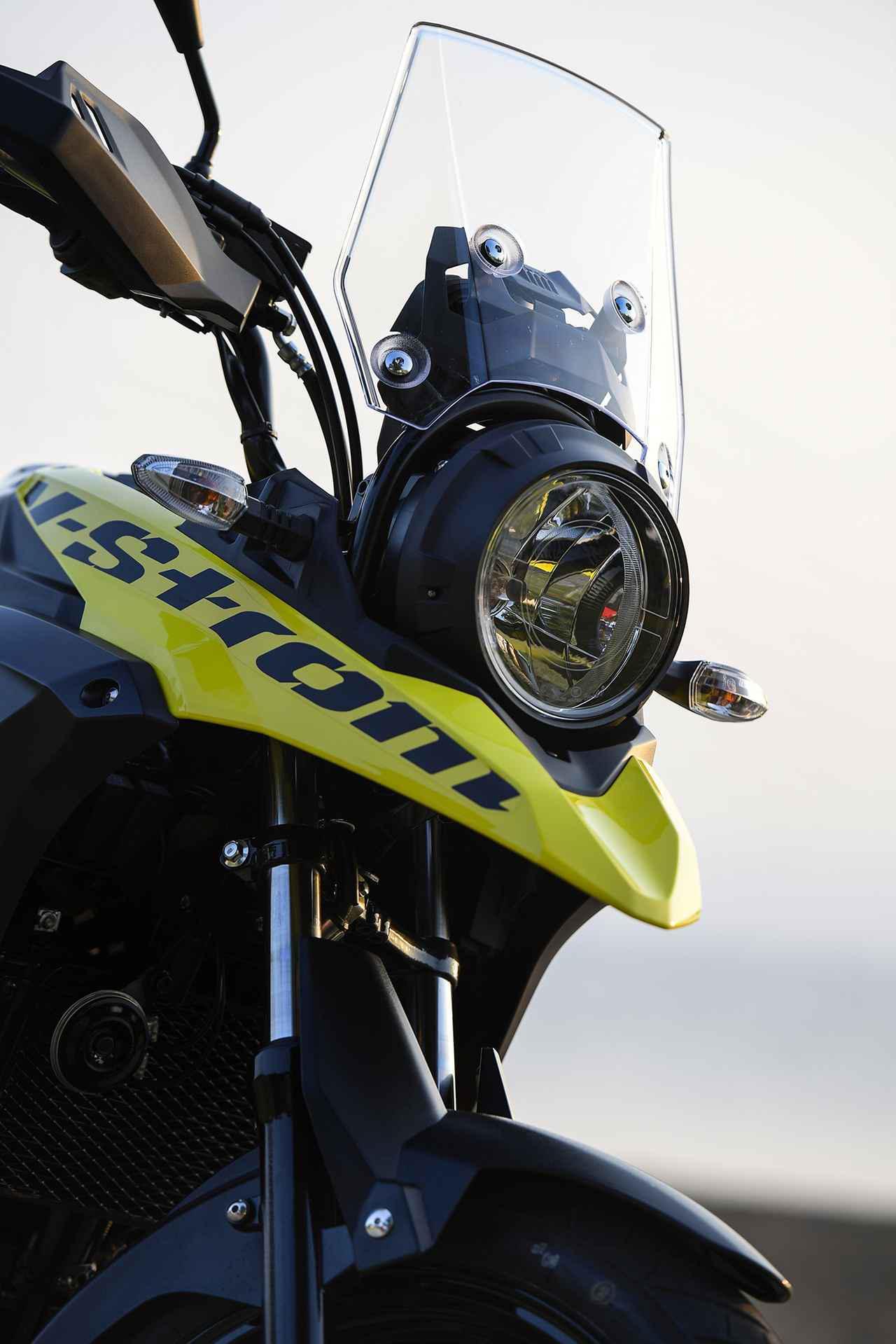 画像: 冒険バイクのアイコン「クチバシ」と丸目1灯ライトの組み合わせも他にはない個性。スズキにはラリーマシンのDR-BIGっていう歴史もありますから、こういうのも得意分野なんです。