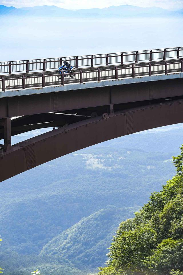 画像1: 【本日解禁】憧れの『雪の回廊』ツーリング! バイクでこそ走りたい福島/磐梯吾妻スカイラインの冬季通行止めが解除されます!【スズキのバイク! の耳寄りニュース】