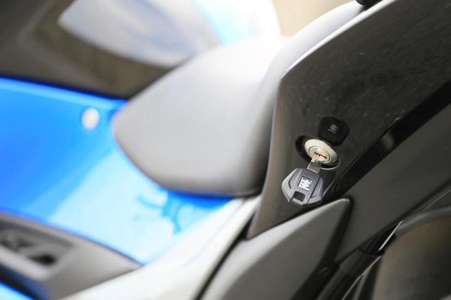 画像1: ジクサー150に一番積みやすいのは「取付ベルトをリアシートにまたがせるタイプ」のシートバッグ