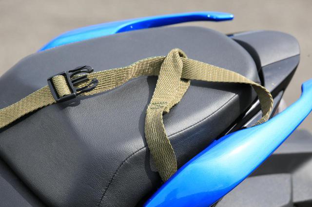 画像: ロックストラップのベルトもグラブバーの付け根に通せるので安心です。