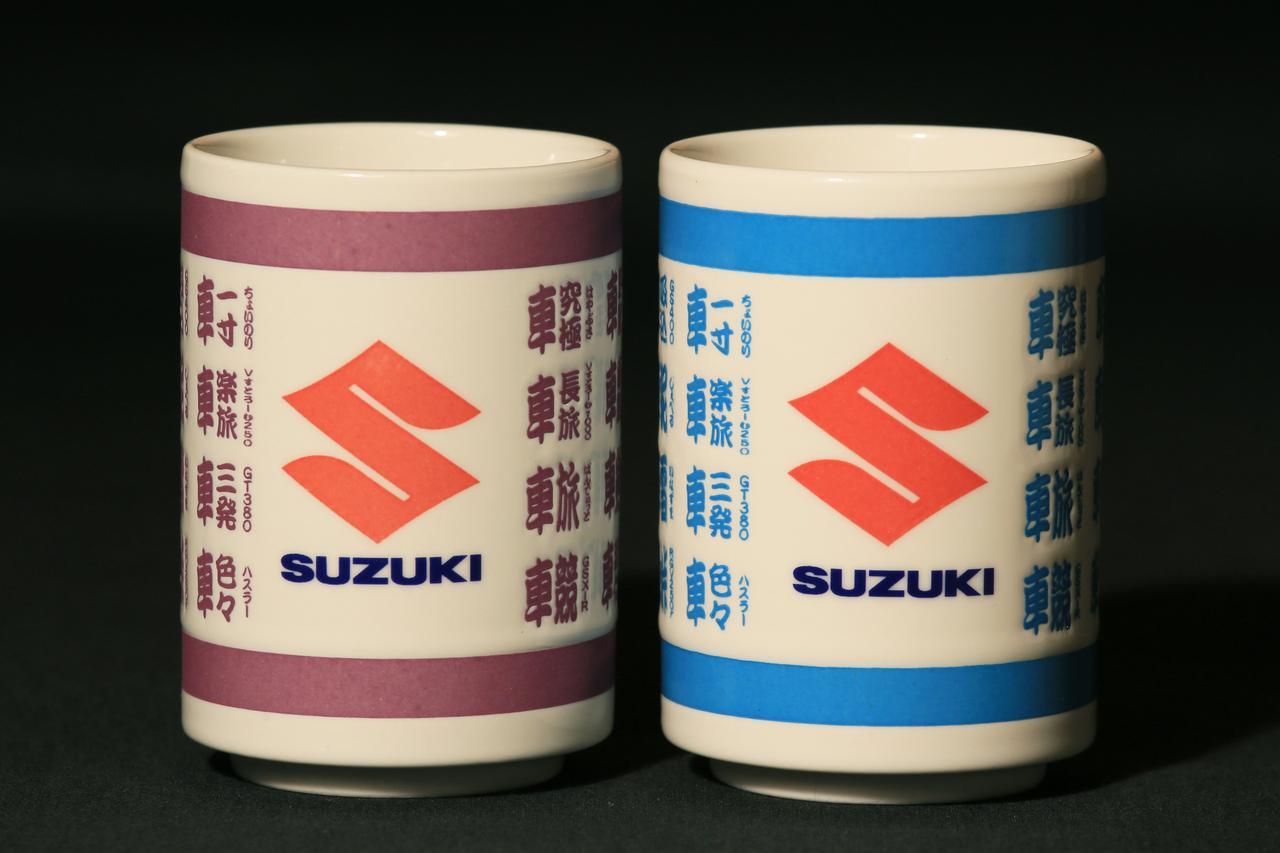 画像: 左が2020年モデル・右が2019年モデル。微妙に「S」ロゴと「SUZUKI」ロゴの間の空間の取り方も異なる模様。個体差なのかは不明。 2020年モデルのお値段は税込1,100円(別途送料がかかります)。