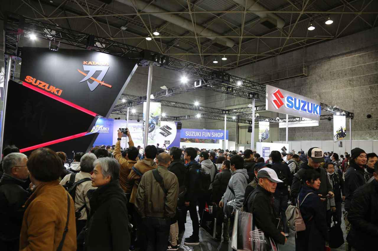 画像: 「大阪モーターサイクルショー2019」のスズキブース前の様子。ここでKATANAを初お披露目。会場全体でもっとも賑わったブースといっても過言ではありません。