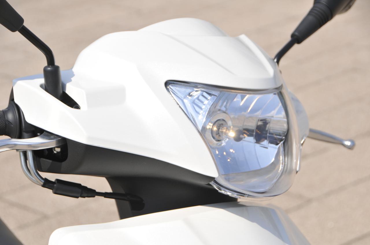 画像: 先代モデルよりも明るく大きくなったヘッドライトは通常のハロゲンバルブタイプを採用。ハンドルマウントになっているので、ハンドルを向けた方向にライトを照らすことができます。