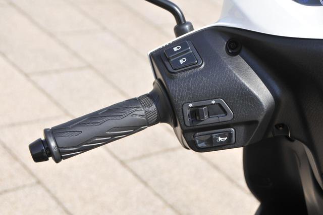 画像: ハンドル左にはウインカーとホーン、ヘッドライトのハイビーム&ロービーム切替スイッチを装備しています。